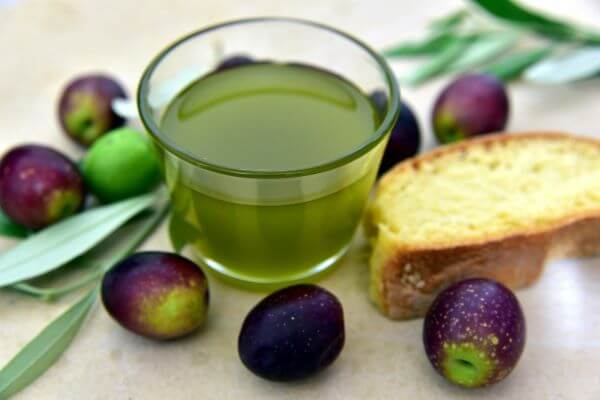 learn to make vinaigrette from scratch green oil in bowl
